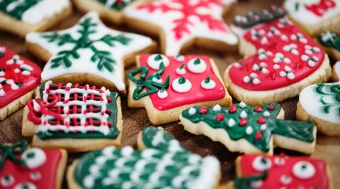 Photo of colourful homemade Christmas biscuits. By rawpixel on unsplash.